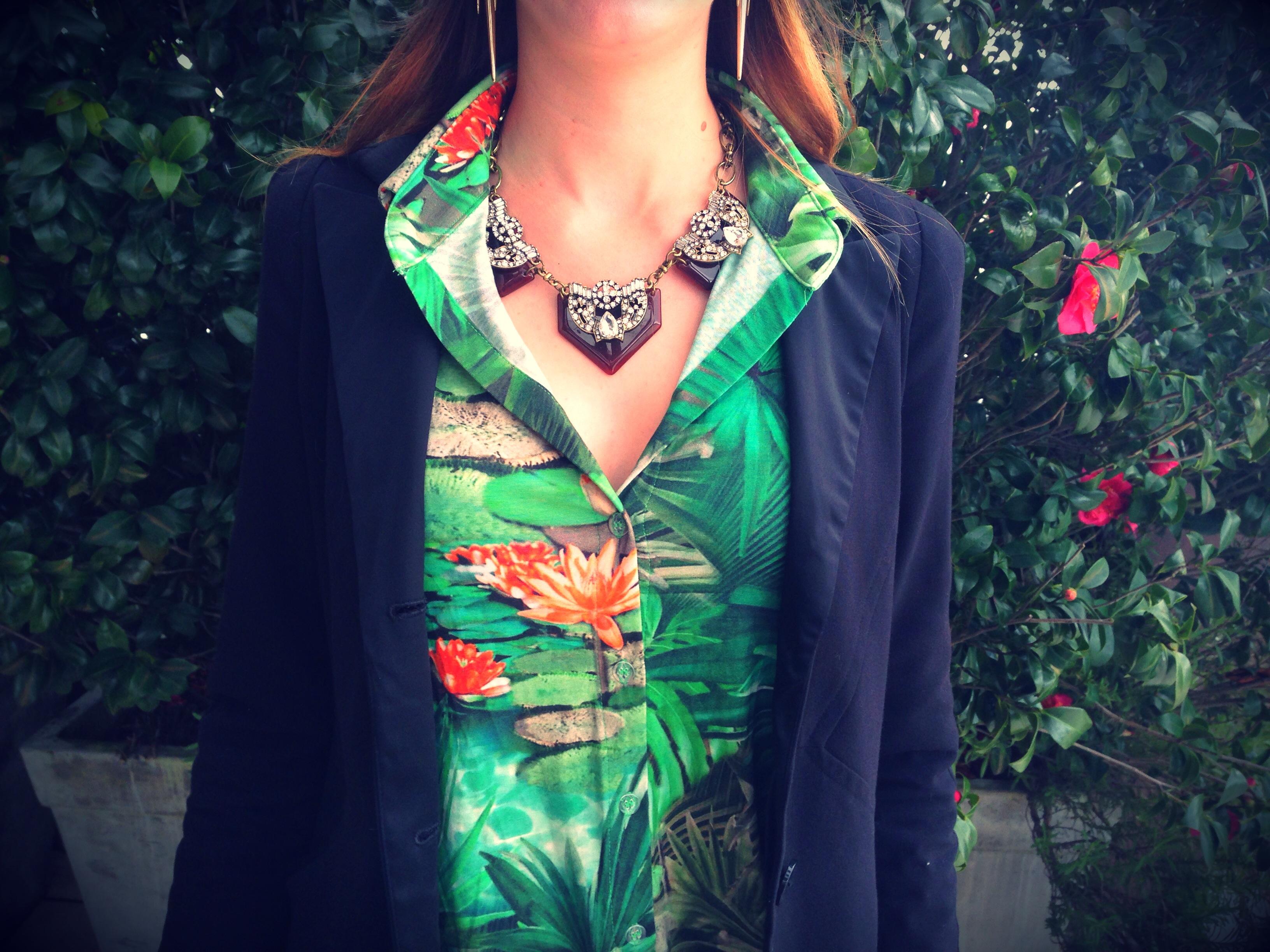 Look do dia Deisi Remus blusa estampada colar Seanite Acessórios