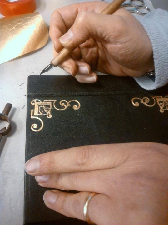 Processo artesanal de fazer a book clucth Bags by M