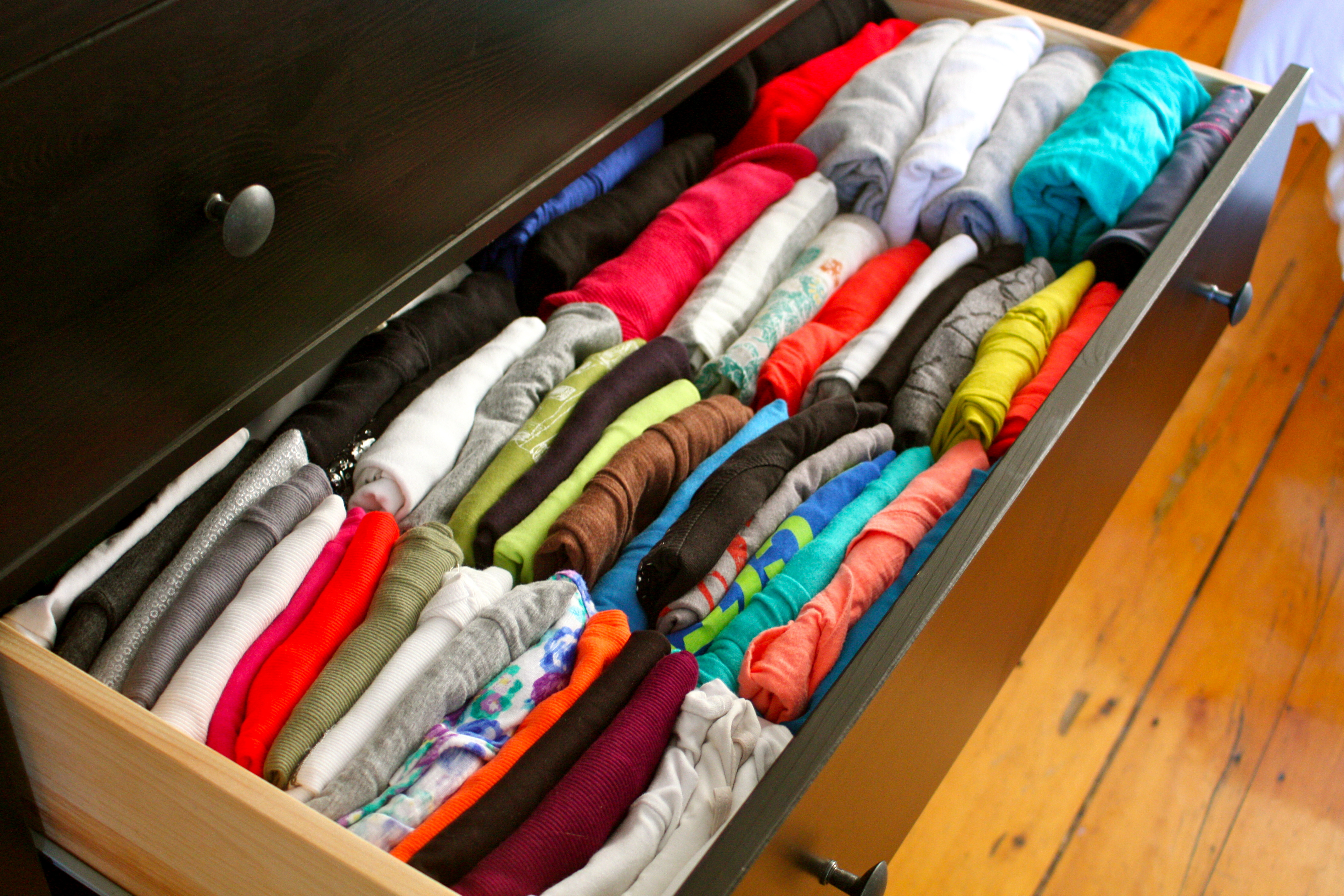 como organizar camisetas e blusas em gavetas