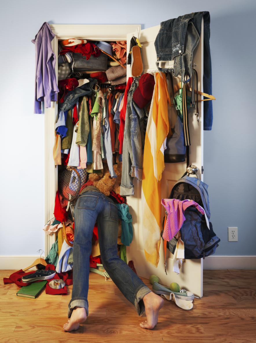 organize o guarda roupas jogando fora peças que não use mais