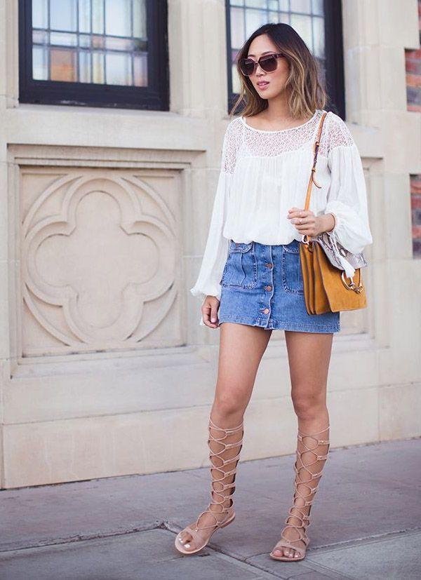 Street style da blogueira Aimee Song com bata branca, saia jeans de botões e gladiadora.