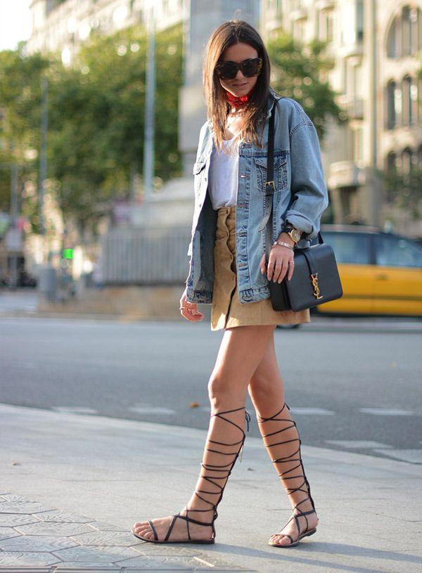 saia com botão na frente jaqueta jeans e sandália gladiadora