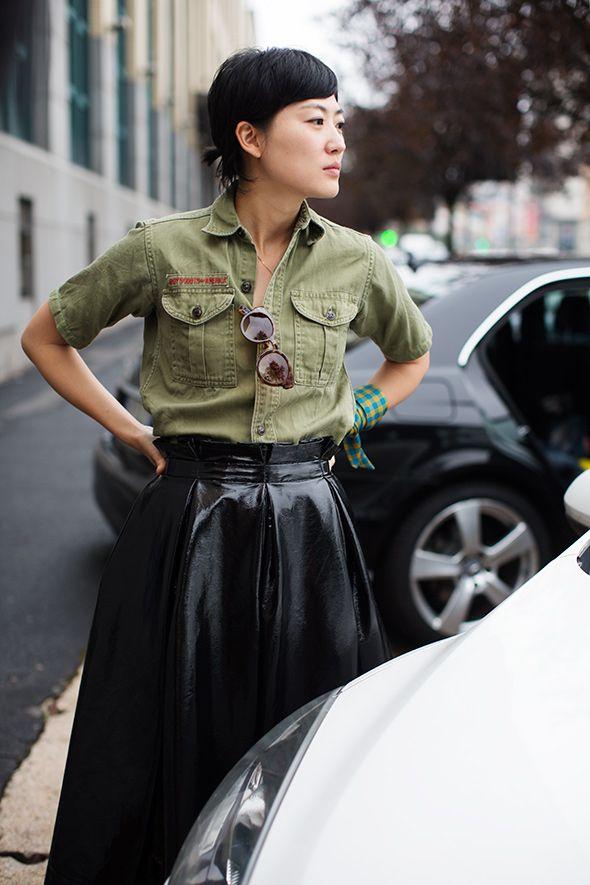 street style camisa verde militar e saia preta de couro