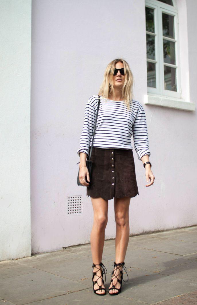 street style saia de botão na frente marrom com blusa listrada dia a dia