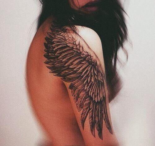 tatuagem feminina nos ombros  asas