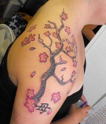 tatuagem feminina nos ombros cerejeira japonesa