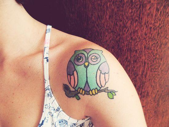 tatuagem feminina nos ombros coruja
