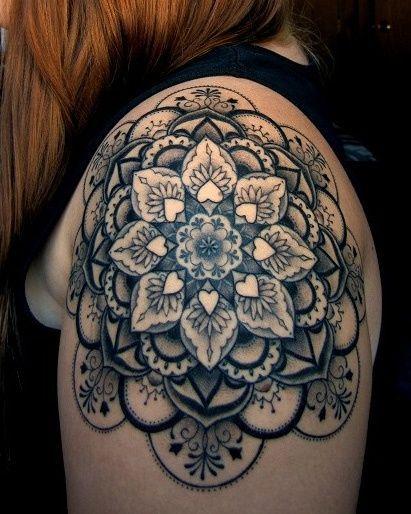 tatuagem feminina nos ombros mandala