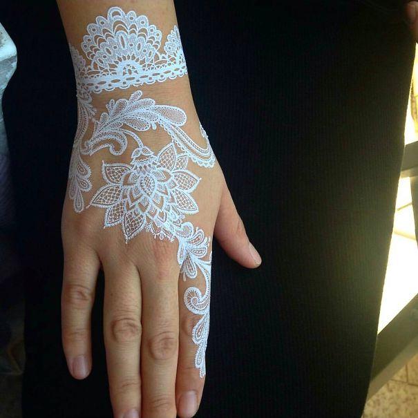 tatuagem temporária de henna branca que imita renda nas mãos 1