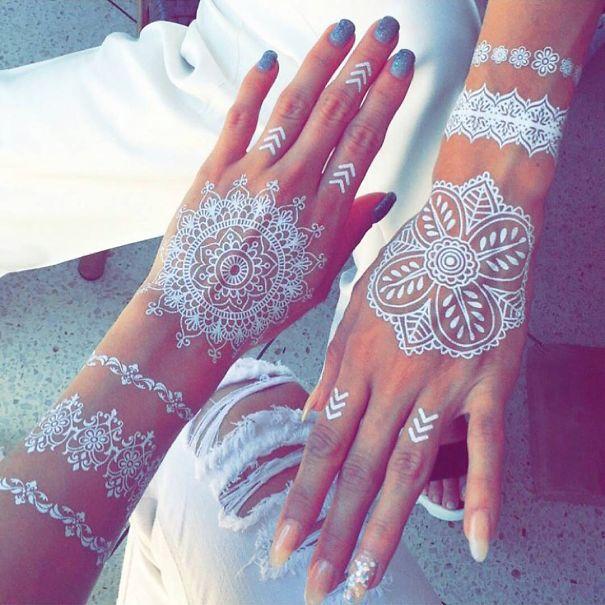 tatuagem temporária de henna branca que imita renda nas mãos