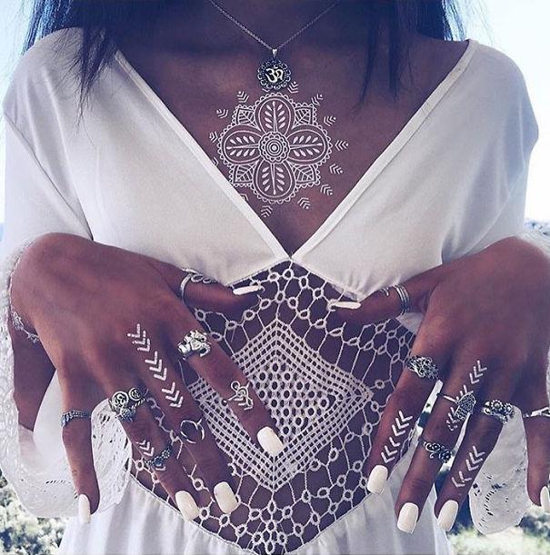 tatuagem temporária de henna branca que imita renda no peito