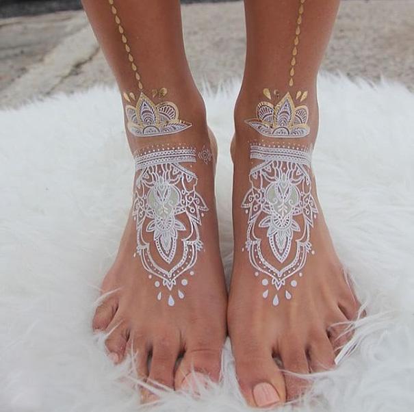 tatuagem temporária de henna branca que imita renda nos pés