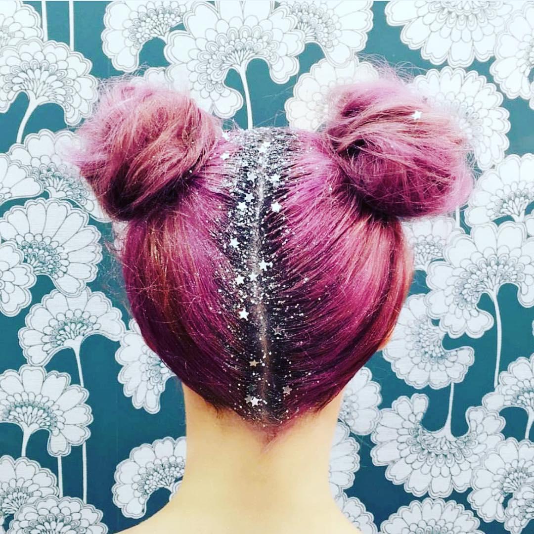 raiz dos cabelos coloridos escondida com glitter