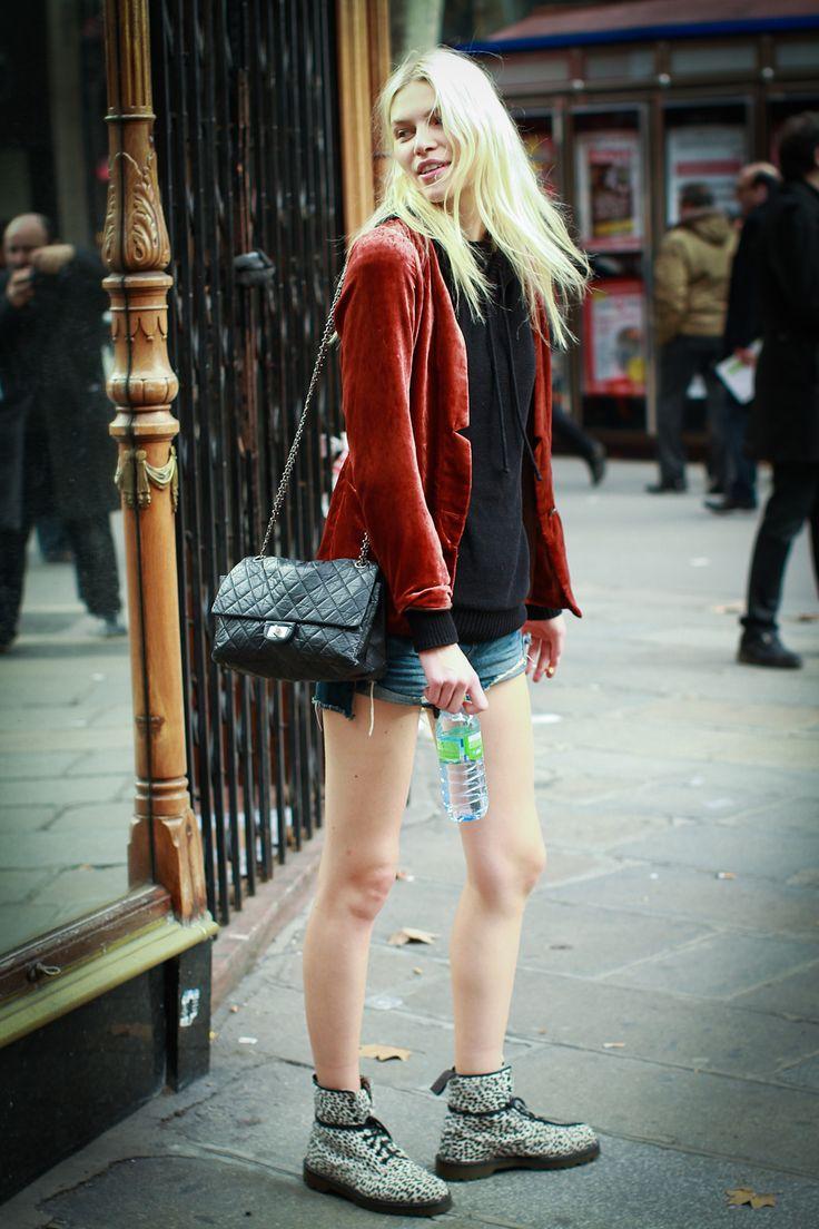 look para mulheres com blazer de veludo e shorts jeans