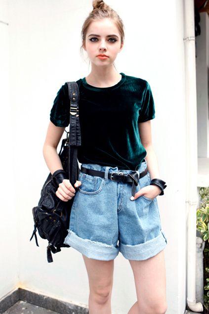 loook para mulheres com blusa de veludo verde e shorts bpyfriend